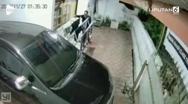 Seorang pria terekam kamera CCTV sedang mengambil pakaian dalam yang dijemur warga.