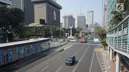 Kendaraan melintas di kawasan MH Thamrin, Jakarta Pusat, Minggu (11/8/2019). Pemprov DKI meniadakan Hari bebas kendaraan atau car free day (CFD) di sepanjang Jalan Jenderal Sudirman hingga Jalan MH Thamrin karena bertepatan dengan Idul Adha. (Liputan6.com/Immanuel Antonius)