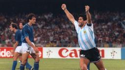 Penyerang Argentina, Diego Maradona, merayakan gol yang dicetak oleh Claudio Caniggia ke gawang Italia pada laga semifinal Piala Dunia di Naples, Italia (3/7/1990). (AFP/Daniel Garcia)