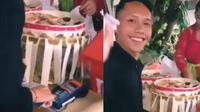 Seorang tamu undangan berikan angpao pada pengantin menggunakan mesin EDC.