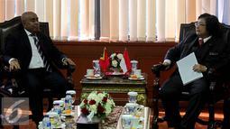 Menteri Lingkungan Hidup dan Kehutanan (LHK), Siti Nurbaya (kanan) berbincang dengan Menko bidang ekonomi yang merangkap Menteri Pertanian dan Perikanan Timor Leste, Estanislau Aleixo da Silva di Jakarta (24/8/2015). (Liputan6.com/Johan Tallo)
