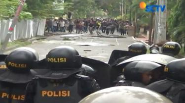Bentrok mereda setelah polisi memukul mundur mahasiswa hingga ke dalam kampus dan menangkap seorang provokator.
