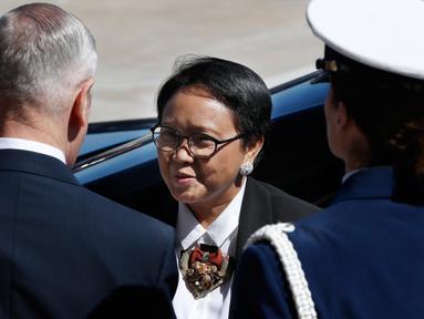 Menteri Pertahanan AS James Norman Mattis menyambut kunjungan Menteri Luar Negeri Indonesia Retno LP Marsudi di Pentagon, Senin (26/3). Kedatangan Menlu Retno untuk membahas beberapa bidang isu yang menjadi perhatian kedua negara. (AP/Jacquelyn Martin)
