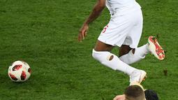 Penyerang Kroasia, Ante Rebic berebut bola dengan bek timnas Inggris, Danny Rose pada babak semifinal Piala Dunia 2018 di Stadion Luzhniki, Rabu (11/7). Rose menyita perhatian lantaran mengenakan kaus kaki yang berlubang. (AFP/ Jewel SAMAD)