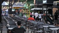 Orang-orang mengunjungi area Food Street di Pulau D reklamasi atau Pantai Maju, Jakarta, Selasa (29/1). Food Street yang buka akhir tahun 2018 ini cukup diminati lantaran setiap malam ramai oleh masyarakat yang berkunjung (Merdeka.com/Iqbal S. Nugroho)