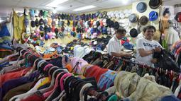 Warga memilih pakaian impor bekas impor yang dijajakan pedagang di Pasar Baru Metro Atom, Jakarta, Jumat (6/12/2019). Pakaian bekas impor yang dijual di kios-kios pasar masih banyak diminati lantaran harga yang ditawarkan sangat terjangkau. (merdeka.com/Imam Buhori)