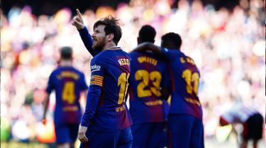 Striker Barcelona Lionel Messi menyapa penggemar saat merayakan golnya ke gawang Athletic Bilbao dalam pertandingan La Liga Spanyol di stadion Camp Nou di Barcelona (18/3). Barcelona menang 2-0 atas Athletic Bilbao. (AP Photo/Manu Fernandez)