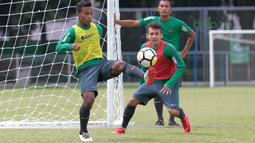 Gaya Osvaldo Haay mengontrol bola saat sesi latihan timnas Indonesia U-23 di Lapangan A,B,C, Senayan, Jakarta (21/2/2018). Latihan ini merupakan persiapan Asian Games 2018. (Bola.com/Nick Hanoatubun)