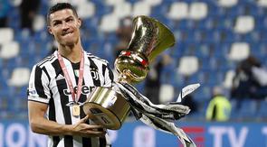 Penyerang Juventus, Cristiano Ronaldo memegang trofi merayakan gelar juara Coppa Italia 2020-2021 usai laga final melawan Atalanta di Stadion Mapei, Kamis (20/5/2021) dinihari WIB. Juventus semakin menegaskan diri sebagai raja Coppa Italia dengan koleksi 14 gelar juara. (AP Photo/Antonio Calanni)