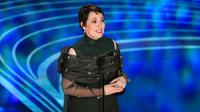Olivia Colman memberikan pidato kemenangan di atas panggung perhelatan Oscar 2019 di Dolby Theatre, Los Angeles, Minggu (24/2). Olivia Colman meraih piala Oscar 2019 sebagai Aktris Pemeran Utama Terbaik di film The Favourite. (Chris Pizzello/Invision/AP)