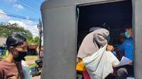 Para pengemis dadakan yang duduk di pinggir jalan di kawasan Jakabaring Palembang, dibawa ke mobil Satpol-PP Palembang untuk dibina (Liputan6.com / Nefri Inge)