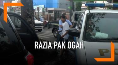 Satpol PP melakukan razia terhadap pak ogah yang beredar di bilangan Jatinegara, Jakarta. Selain uang, petugas juga menyita minuman keras.