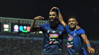 Penyerang Arema FC, Sylvano Comvalius melakukan selebrasi bersama Dedik Setiawan di Stadion Kanjuruhan, Kabupaten Malang, Rabu (2/10/2019). (Bola.com/Iwan Setiawan)