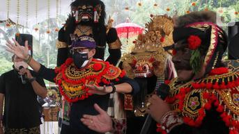 FOTO: Kunjungan ke Bali, Sandiaga Uno Disambut Penari Barong