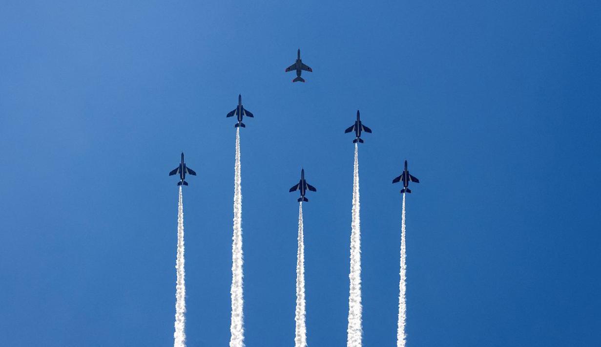Tim demonstrasi aerobatik Blue Impulse dari Pasukan Bela Diri Udara Jepang berlatih jelang pembukaan Olimpiade Tokyo 2020 di atas udara Tokyo, Jepang, Rabu (21/7/2021). Olimpiade Tokyo 2020 akan dibuka pada 23 Juli 2021. (Behrouz MEHRI/AFP)