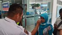 Pengunjung RSUP M Djamil diperiksa suhu tubuhnya untuk mewaspadai penyebaran virus corona. (Foto: Liputan6.com/ Novia Harlina)