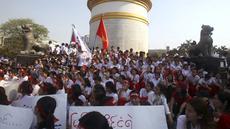 Sejumlah perawat dan bidan menggelar aksi protes di depan Monumen Kemerdekaan di Yangon, Myanmar, Rabu (15/3). Mereka menolak penerapan lisensi yang diajukan Departemen Kesehatan. (AP Photo / Thein Zaw)