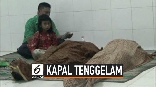 Belasan penumpang tewas akibat tenggelamnya kapal di Sumenep, Jawa Timur. Korban selamat menjelaskan kapal tiba-tiba terbalik setelah dihantam ombak besar.