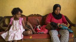 Pesepak bola SSB Tulehu Putra, Saleh Al'Ayubi Pary, bersama sang ibu saat berada di rumahnya di Tulehu, Maluku, Selasa (15/11/2017). Kedua orang tua Saleh sangat mendukung cita-cita anaknya tersebut. (Bola.com/Vitalis Yogi Trisna)