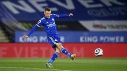 Striker Leicester City, Jamie Vardy melepaskan tendangan yang berbuah gol pertama timnya ke gawang West Bromwich Albion dalam laga lanjutan Liga Inggris 2020/2021 pekan ke-32 di King Power Stadium, Leicester, Kamis (22/4/2021). Leicester menang 3-0 atas West Brom. (AP/Michael Regan/Pool)