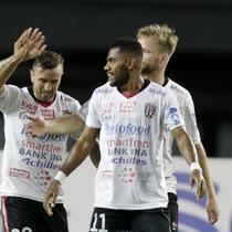 Para pemain Bhayangkara Fc merayakan gol yang dicetak oleh Fadil Sausu ke gawang Semen Padang pada laga kedua Piala Presiden 2019 yng berlangsung di Stadion Patriot, Jawa Barat, Senin (11/3). (Bola.com/M Iqbal Ichsan)
