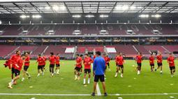 Para pemain Sevilla melakukan latihan jelang laga semifinal Liga Europa di Cologne, Jerman, Sabtu (15/8/2020). Sevilla akan berhadapan dengan Manchester United. (AP Photo/Martin Meissner)