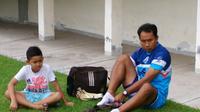 Mantan penjaga gawang PSIS Semarang, I Komang Putra (kanan) bersama anaknya di Stadion Manahan Solo beberapa waktu lalu. (Bola.com/Vincentius Atmaja)