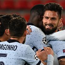 Striker Chelsea, Olivier Giroud, merayakan gol kemenangan bersama rekan-rekannya dalam laga lanjutan Liga Champions 2020/21 melawan Rennes di Roazhon Park Stadium, Rennes, Rabu (25/11/2020). Chelsea menang 2-1 atas Rennes. (AFP/Damien Meyer)