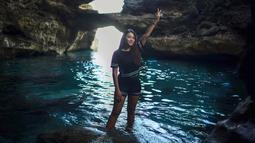 Aurel juga tak takut kotor atau kepanasan. Terbukti dari hobi travellingnya ke beberapa objek wisata di Indonesia ataupun ke luar negeri. Dalam foto ini, Aurel tengah berlibur di Ambon, tepatnya di Liliboi yang dikenal dengan Pantai Batu Kapal yang indah. (Liputan6.com/Instagram/@aurelie.hermansyah)