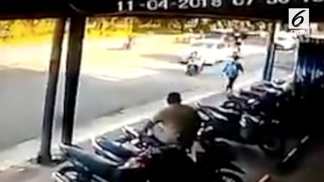 Detik-detik pengendara motor dihantam mobil karena parkir sembarangan.