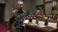 Ketua Dewan Komisoner OJK Wimboh Santoso mengikuti rapat panja dengan Komisi XI di Kompleks Parlemen Senayan, Jakarta, Selasa (11/12). Rapat tersebut membahas rencana anggaran OJK tahun 2019. (Liputan6.com/JohanTallo)