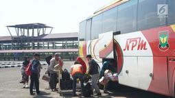 Sejumlah penumpang menaruh barang dalam bagasi sebuah bus di sekitar Terminal Jatijajar, Depok, Jawa Barat, Selasa (18/6/2019). Pemerintah Kota Depok melalui Dinas Perhubungan melarang jasa transportasi online mengambil penumpang di Terminal Jatijajar. (Liputan6.com/Immanuel Antonius)