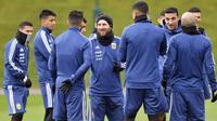 Bintang Argentina, Lionel Messi (tengah) berbincang dengan rekan-rekannya saat sesi latihan di City Football Academy, Manchester, (20/3/2018). Argentina akan melawan Italia pada laga persahabatan di Etihad Stadiu. (Dave Howarth//PA via AP)
