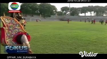 Peringati hari Sumpah Pemuda, aparat kepolisian di Surabaya bertanding melawan legenda mantan pemain Persebaya dan Bonek mania dalam pertandingan sepak bola persahabatan.