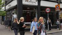 Warga berjalan melewati sebua kedai kopi di London, Inggris, Minggu (17/5/2020). Beberapa restoran, kafe, dan toko katering di Inggris secara bertahap kembali buka setelah pemerintah melonggarkan kebijakan lockdown akibat virus corona COVID-19. (Xinhua/Tim Ireland)