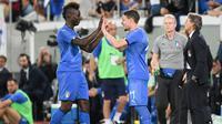Pemain Italia, Mario Balotelli  digantikan Andrea Belotti dalam pertandingan persahabatan antara Arab Saudi dan Italia di Stadion Kybunpark, St. Gallen, Swiss, Senin (28/5). (Gian Ehrenzeller/Keystone via AP)