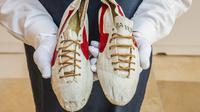 Sepasang 'logo prototipe' sepatu buatan tangan salah satu pendiri Nike, Bill Bowerman, dipajang sebelum dilelang di New York. (Selebaran/SOTHEBY'S/AFP)