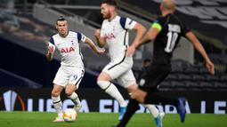 Striker Tottenham, Gareth Bale, menggiring bola saat menghadapi LASK pada laga Grup J Liga Europa 2020/2021 di Tottenham Hotspurs Stadium, Jumat (23/10/2020) dini hari WIB. Tottenham menang telak 3-0 atas LASK. (AFP/Daniel Leal-Olivas)