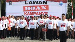 Aparatur Sipil Negara dari Kemendagri dan BNPP saat apel bersama lawan kampanye hoax dan berujar kebencian di Lapangan Monas, Jakarta, Jumat (15/2). Apel dipimpin Mendagri, Tjahjo Kumolo. (Liputan6.com/Helmi Fithriansyah)