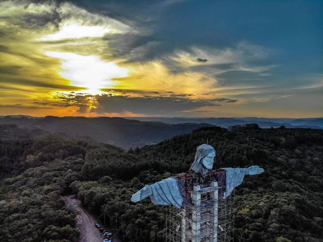 Pemandangan patung raksasa Yesus baru yang sedang dibangun di Encantado, negara bagian Rio Grande do Sul, Brasil, pada 9 April 2021. Patung itu juga lebih tinggi dari patung Yesus yang telah dibangun Brasil sebelumnya di Rio Janeiro yang memiliki tinggi 38 meter. (SILVIO AVILA/AFP)