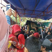 Suasana pemakaman istri Ustaz Maulana (Eka Hakim/Liputan6.com)