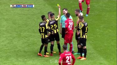 Wasit Jochem Kamphuis mendapatkan kartu kuning karena melakukan 'diving' saat laga Vitesse Arnhem kontra TC Twente yang berakhir 5-0 bagi kemenangan Vitesse. Insiden itu terjadi saat Kamphuis secara tidak sengaja terjatuh akibat 'tekel' Navarone Foor...