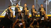 Presiden Joko Widodo (tengah) bersama Ketum Himpunan Pengusaha Muda Indonesia (HIPMI), Bahlil Lahadalia (kedua kanan) memainkan alat musik khas Papua selama Musyawarah Nasional XVI HIPMI di Hotel Sultan, Jakarta, Senin (16/9/2019). (Liputan6.com/Angga Yuniar)