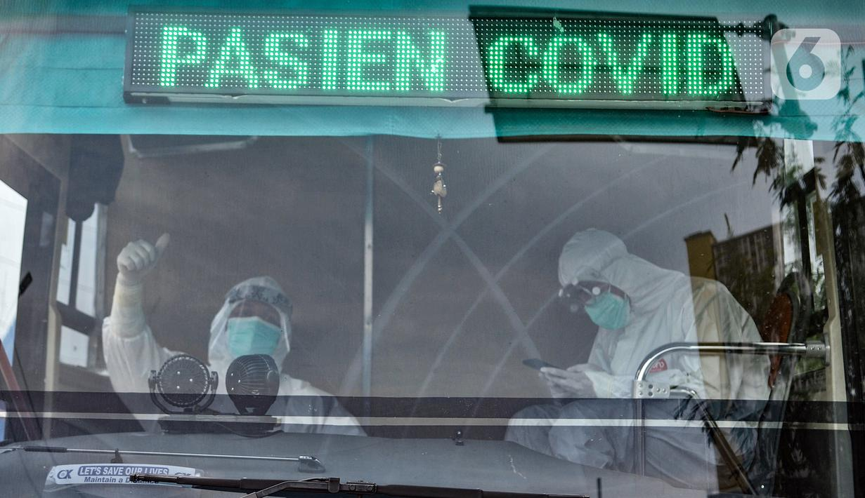 Tim medis yang membawa pasien COVID-19 tiba di RSD Wisma Atlet, Kemayoran, Jakarta, Selasa (17/11/2020). Koordinator RSD Wisma Atlet Mayjen TNI Tugas Ratmono mengatakan jumlah pasien COVID-19 di Tower 6 dan 7 saat ini mencapai 53,8 persen dari kapasitas. (merdeka.com/Iqbal S. Nugroho)