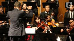 Sebuah konser klasik Love, God, and My Home dipersembahkan Jakarta Concert Orchestra (JCO) tampil di Usmar Ismail Hall, Jakarta, Miggu (6/10/2019). Orkestra dengan konduktor Avip Priatna membawakan dua karya Henryk Wieniawski (Polandia) dan Antonin Dvořák (Cekoslovakia). (Liputan6.com/Fery Pradolo)
