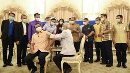 PM Thailand Prayuth Chan-ocha menerima tahap pertama vaksin Covid-19 AstraZeneca di Bangkok (16/3/2021). Thailand menangguhkan penggunaan vaksin, menyusul sejumlah negara Eropa telah menghentikan penggunaannya karena masalah keamanan. (Government Spokesman Office via AP)