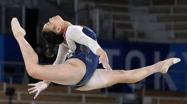 Pesenam putri Amerika Serikat (AS), Sunisa Lee, sukses keluar sebagai yang terbaik di nomor semua alat atau all-around Olimpiade Tokyo 2020. Atlet termuda di tim senam AS itu tampil nyaris tanpa cela dan berhasil merengkuh keping emas di ajang tersebut. (Foto: AP/Gregory Bull)