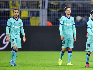 Para pemain Barcelona tampak lesu usai bermain imbang melawan Borussia Dortmund pada Liga Champions di Stadion Signal Iduna Park, Selasa (18/9/2019). Kedua tim bermain imbang 0-0. (AP/Martin Meissner)