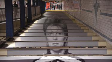 Instalasi seni yang memajang gambar David Bowie terlihat di stasiun kereta bawah tanah Broadway-Lafayette, New York City, Amerika Serikat, 19 April 2018. Gambar-gambar David Bowie terpampang di berbagai sudut stasiun dan di pintu masuk. (ANGELA WEISS/AFP)