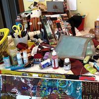 Punya meja kerja berantakan? Nggak perlu pusing beresin. Itu tandanya kamu bakal makin kreatif. Ini alasannya.